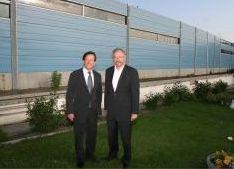 2006 – Die Lärmschutzwand Brünner Straße ist fertig und wird vom Gewista-Generaldirektor Javurek und Stadtrat Dipl.-Ing. Schicker eröffnet