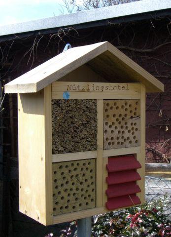 """2009 – Damit Nützlinge überwintern und sich vermehren können gibt es in etlichen Gärten """"Nützlingshotels"""""""
