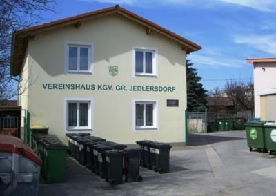 2009 – Vereinshaus mit Vereinsplatz. Rechts schließt das Schutzhaus an