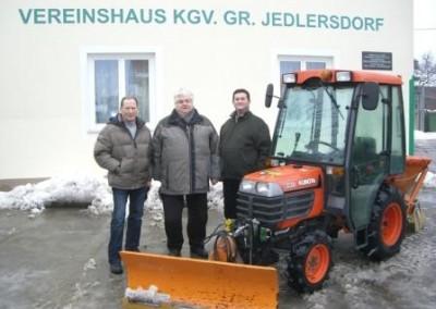 2010 - Der vereinseigene Traktor mit der Bedienungsmannschaft - Koll. Walestin, Hochkugler und Anderl (v.l.n.r.)