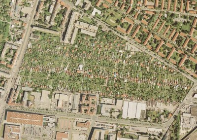 2010 – Viele Kleingartenhäuser mit ihren roten Dächern prägen dieses Luftbild aus dem Sommer 2010