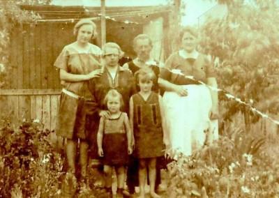 Familienidylle in einem Garten nächst der Brünner Straße um 1935. Im Hintergrund das Haus Brünner Straße 107