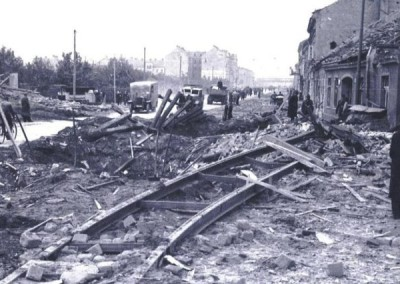 1944 - Die Brünner Straße nach einem Bombenangriff im Juli 1944 mit Blick stadteinwärts. Links sind die Gärten der Kleingartenanlage
