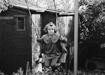 1953 - Kinderschaukel auf der Parzelle 176, dahinter Parz. 178